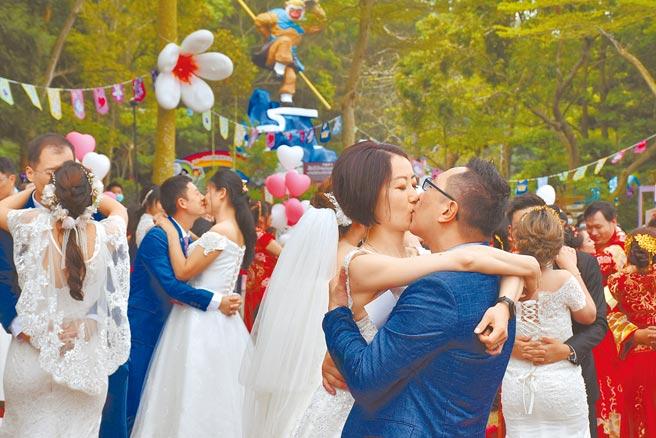 苗栗2021桐花婚禮25日上午在三義西湖度假村舉行,有36對佳偶參加。(謝明俊攝)