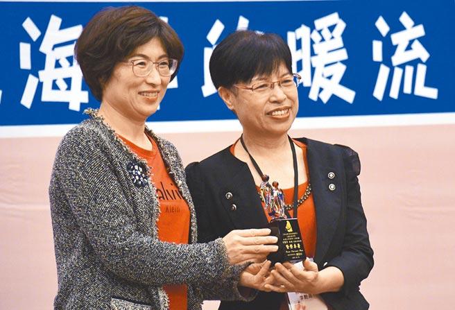 牧心董事長李艷菁(右)獲特殊貢獻獎,由台東縣長饒慶鈴(左)頒獎。(莊哲權攝)