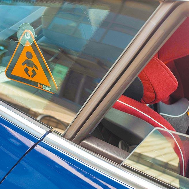 贴心小提醒/贴纸、标籤正确位置「BABY IN CAR」贴纸、标籤的目的是用来标示儿童乘座的位置,万一发生事故时供救援人员辨识。(石智中摄)