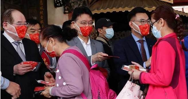 趙少康(中)在今年農曆春節前搶先宣布選國民黨主席,國民黨秘書長李乾龍(左)還曾邀他與競選者、黨主席江啟臣(右)一起發紅包。(圖/報系資料照)