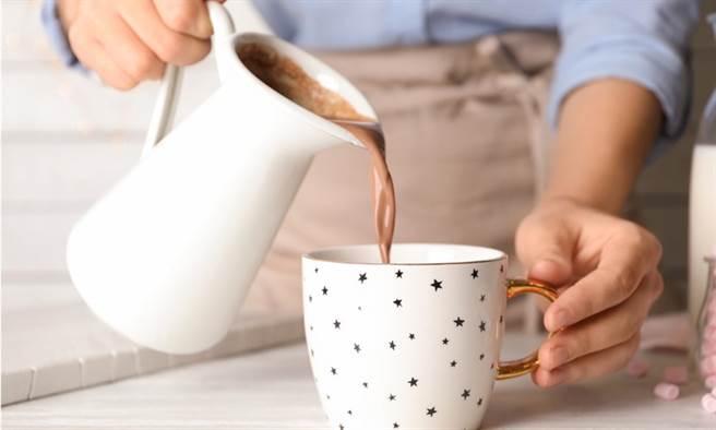 壓力大就喝熱可可!保護心血管、關鍵在1種營養。(示意圖/Shutterstock)