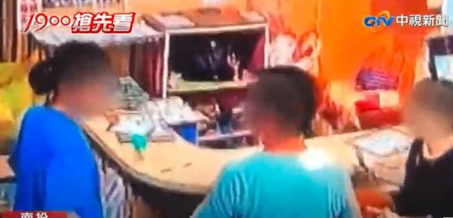 朋友聚餐4人櫃台前拉扯搶買單,但結局超尷尬,店家透露,最後沒付錢人全走光。(圖/翻攝自中視新聞)