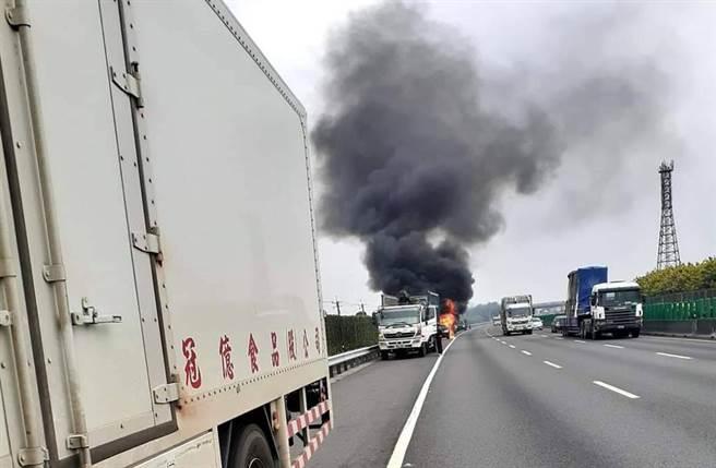 国1员林段火烧车,一辆轿车在路肩烧成火球。(照片来源:记者爆料网)