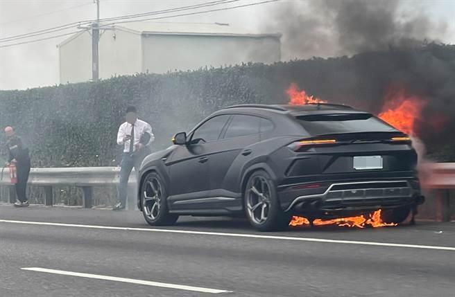 国1火烧车,惊见千万蓝宝坚尼休旅车烧成一团火球。(照片来源:记者爆料网)