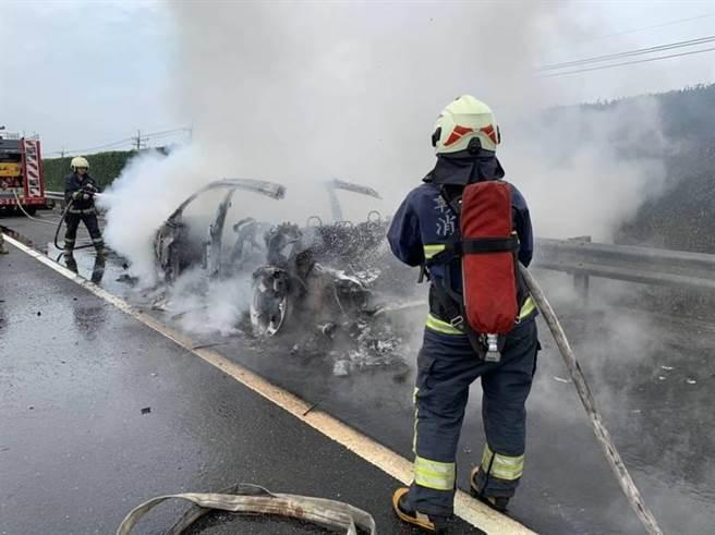 警消抵达现场发现车辆几乎已被烧毁,但火势很快就受到控制,但仅剩下骨架、外观无法分辨。 (民眾提供/吴建辉彰化传真)