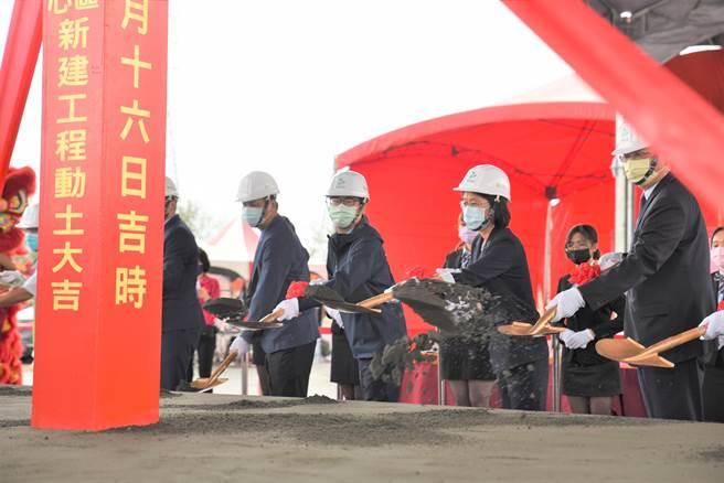 高雄市長陳其邁(左二)27日出席海洋科技產業創新專區離岸工程中心動土典禮。(林瑞益攝)