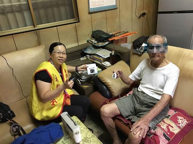 台南市政府社會局開辦「緊急救援服務」,希望提供獨居長者或身障者獨自在家中發生事故時,透過家中裝設的雙向通話主機及時對外求救。(社會局提供/洪榮志台南傳真)
