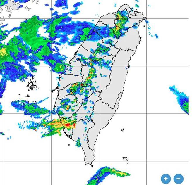 雷達回波顯示,台灣上空長出長長一條對流胞。(翻攝自 氣象局)