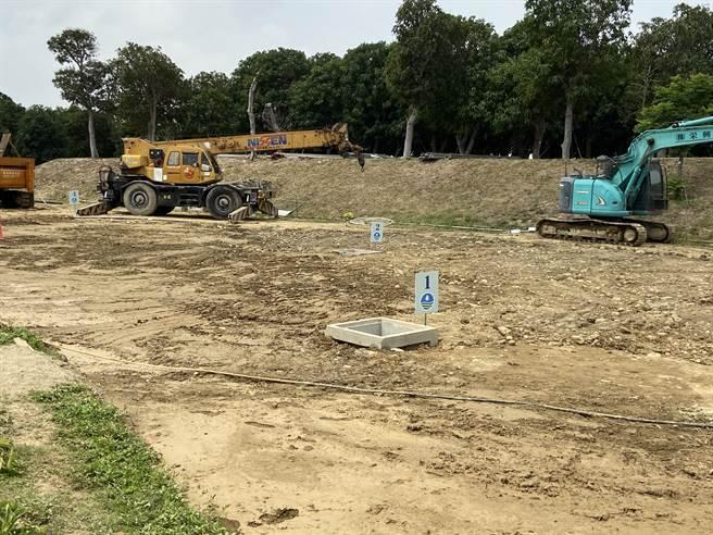 台中市府配合經濟部水利署及台灣自來水公司推動「抗旱2.0計畫」,其中在中央公園開挖水井,明天預期能展開供水。(盧金足攝)