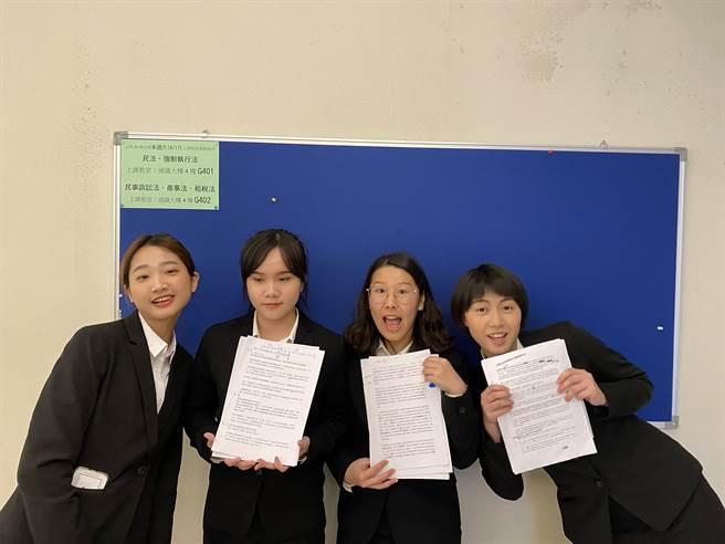 作者(右1)和她的辯論小組同學們。(作者提供)