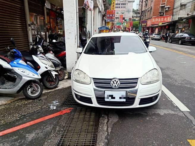 基隆市地坪有限,汽機車違停問題層出不窮。(基隆市警局提供/陳彩玲基隆傳真)