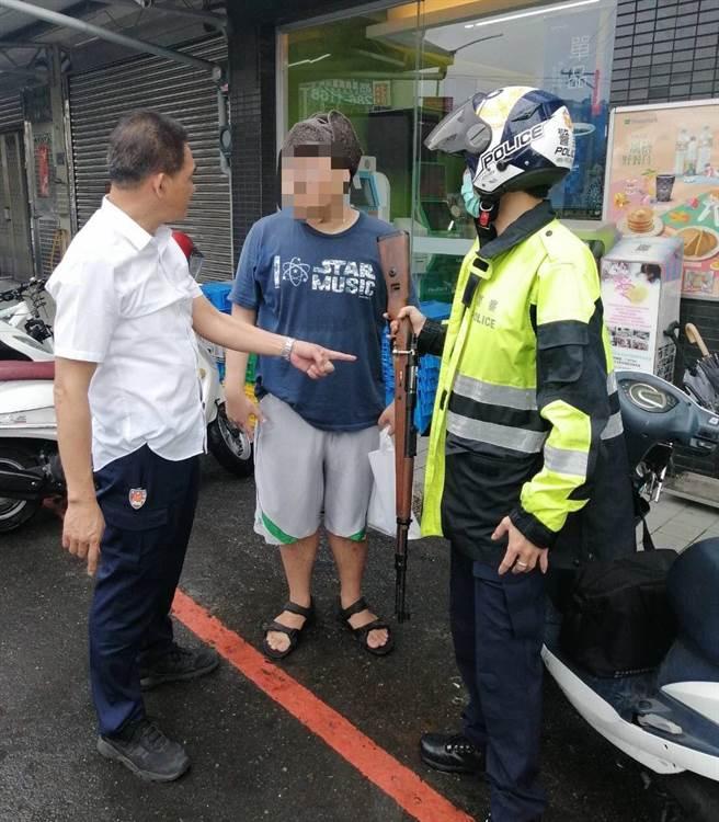 嘉義市警方查獲男子持空氣槍趴趴走,依涉嫌刑法以現行犯逮捕。(讀者提供)