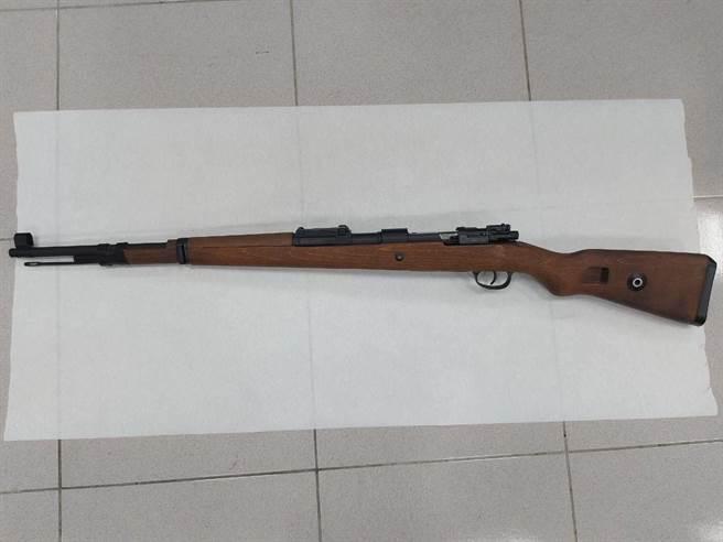 嘉義市警方查獲男子持有的空氣槍。(讀者提供)