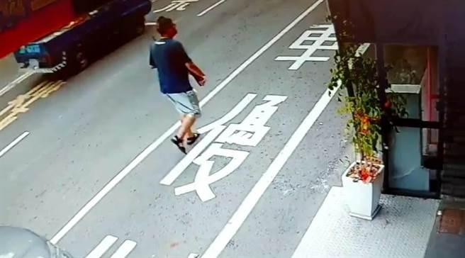 嘉義市警方查獲蘇姓男子持玩具槍趴趴走。(讀者提供)