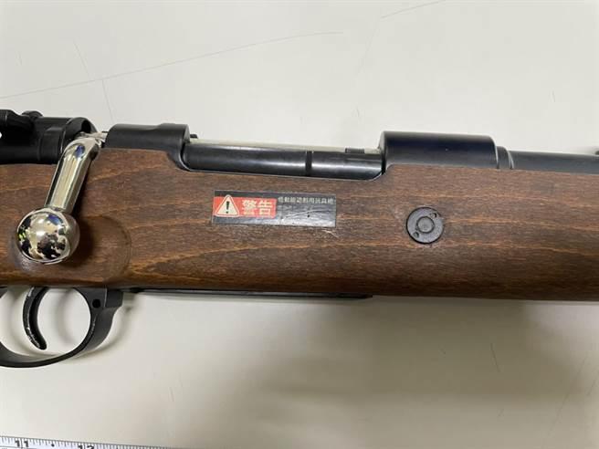 警方查獲蘇男持有的長槍標示「玩具槍」。(讀者提供)