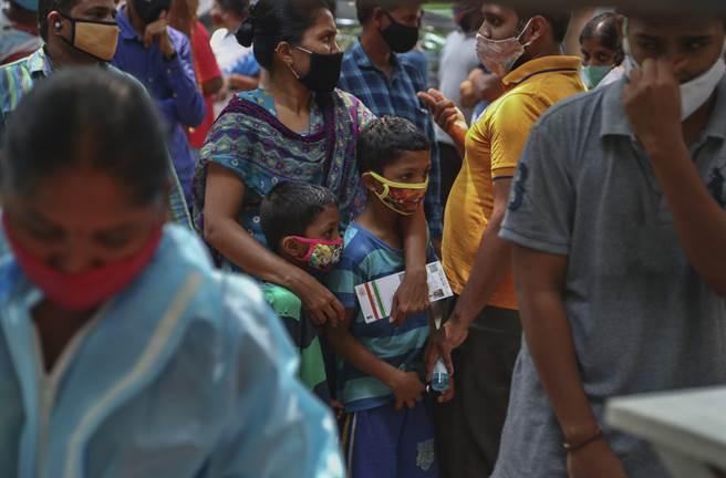 台灣正積極與印度政府和印度台北協會協調,正在確認印度所需的氧氣機等醫療物資品項和數量,將儘速援助印度。(圖/美聯社)