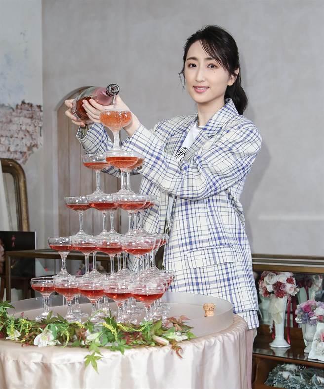 柯佳嬿今出席新書媒體茶敘,開心倒粉紅香檳塔慶祝好成績。(陳俊吉攝)