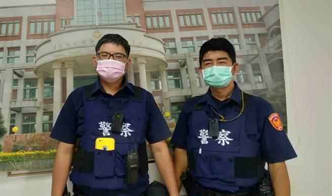 善化警分局茄拔所副所長葉俊興(右)、警員許鎧麟(左)。(讀者提供/張毓翎台南傳真)