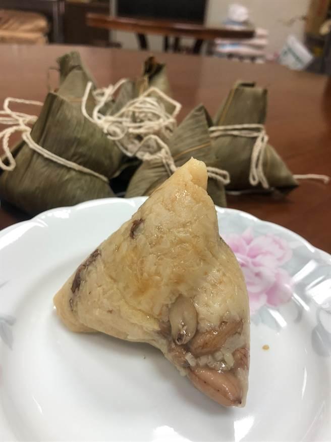 台農76號黃金米的胡蘿蔔素含量高,外觀看起來金黃,西螺農會以6:4的黃金米、糯米比例,加上豬肉與花生,包成黃金粽。(周麗蘭攝)