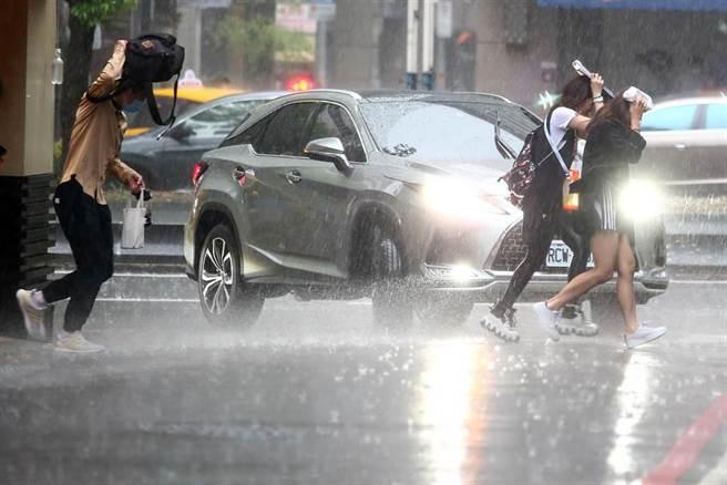 中央氣象局預估,周三(28日)鋒面逐漸接近,北部及東半部地區有局部短暫雨,周四(29日)鋒面通過及東北風增強,水氣增加,中部以北及東北部地區有短暫陣雨或雷雨。(鄧博仁攝)