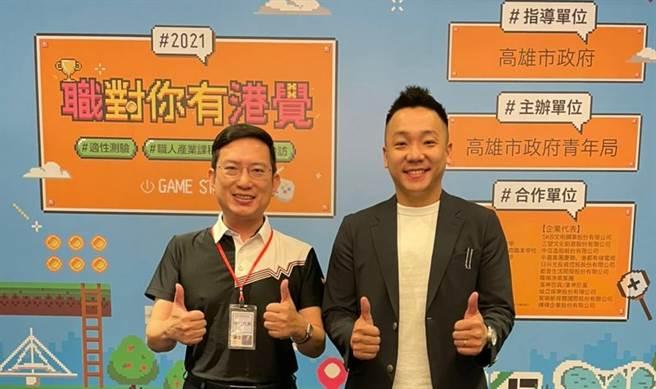 高雄青年局長張以理(圖右)與義守大學政管系主任劉鴻陞。(圖/義守大學提供)
