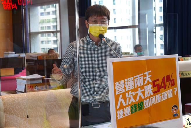 市議員江肇國指出,交通局與捷運公司應該正視運量問題並找到解方,期待看見綠線再回到試營運期間的盛況。(陳世宗攝)