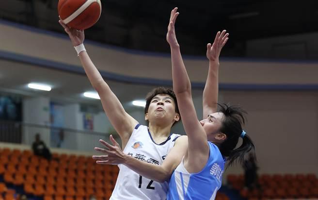 電信女籃黃湘婷(左)今天攻下生涯新高27分,外帶10記籃板,助隊擊敗台電。(中華籃協提供)