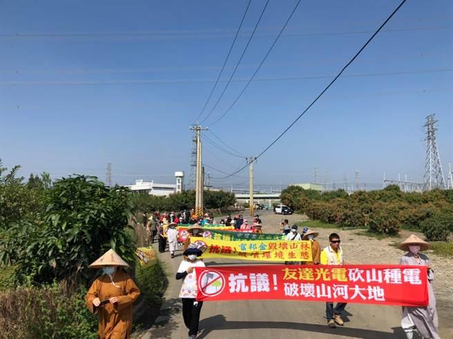 玉泉村當地居民也有與立法委員陳椒華陳情並抗議,但沒什麼用。(圖/陳椒華facebook)