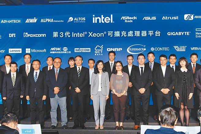 英特爾發表第三代Xeon資料中心處理器「Ice Lake」,英特爾台灣分公司業務暨行銷事業群總經理汪佳慧(前排中)與合作夥伴合影。圖/王德為