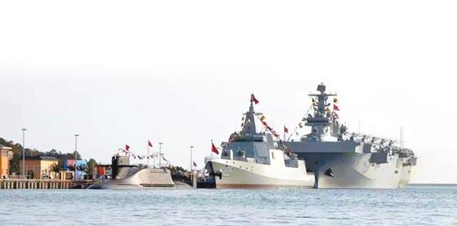 大陸海軍三型主戰艦艇,長征18號艇、大連艦、海南艦23日在海南三亞某軍港集中交接入列。(摘自網路)