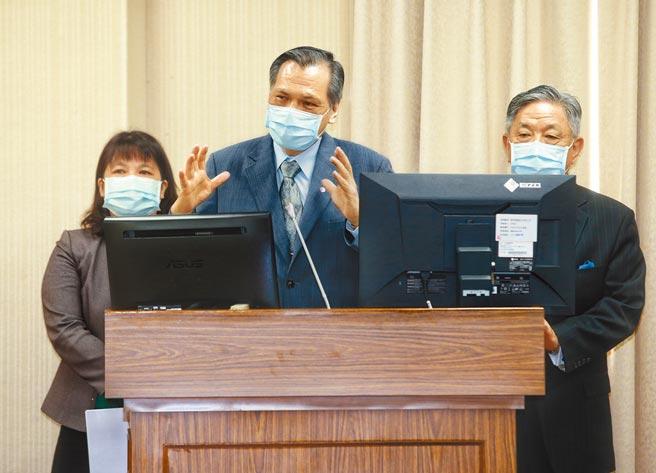 中國國家主席習近平23日在海南三亞出席3艘主戰艦艇啟用交接儀式,對此,國安局長陳明通(中)26日表示,相關資訊國安局都有掌握。(陳信翰攝)