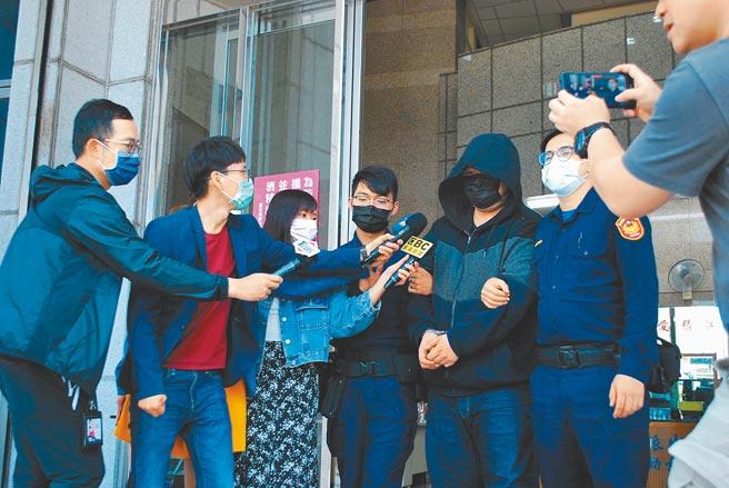29歲吳姓男子(右3)涉嫌持鎮暴槍攻擊圍牆上的貓導致受傷,警方依違反動物保護法、槍砲彈藥刀械管制條例送辦。(民眾提供/李文正台北傳真)