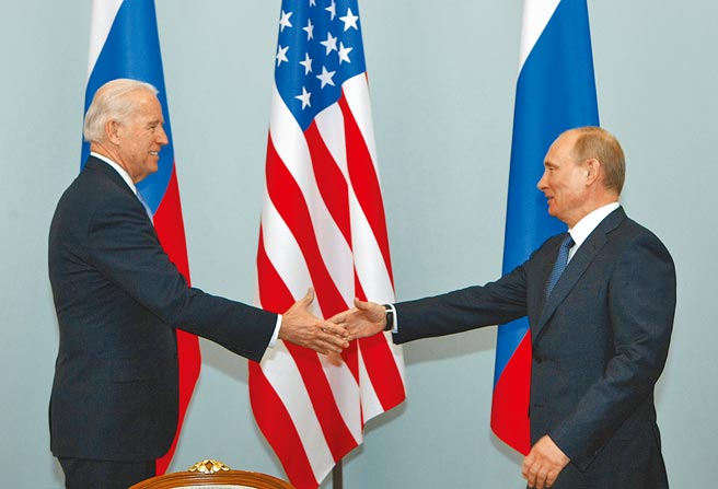 美國和俄羅斯兩大強權近來關係緊繃,俄外交部25日宣布,該國正在制定「不友好國家名單」,美國已確定進榜。不過俄國總統普丁的幕僚表示,普丁和拜登可能在6月舉行會談。(美聯社)