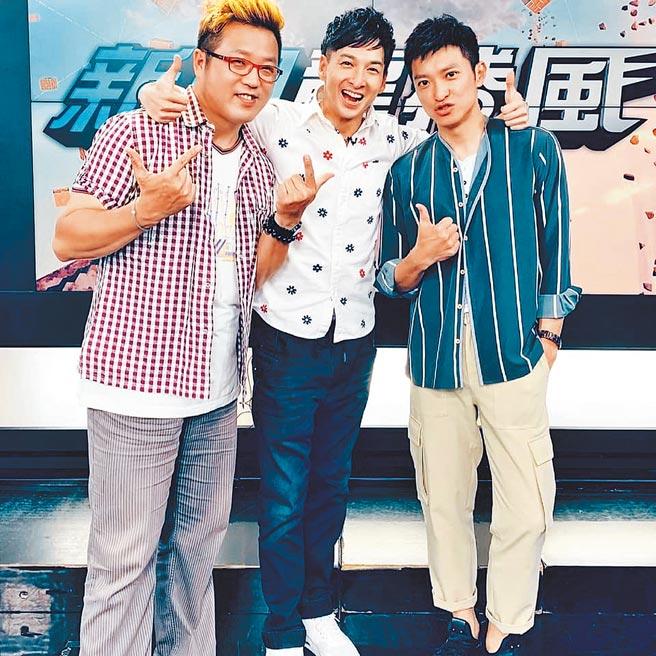 中天主播選拔大賽參賽者祝鏘博(中)與中天主播簡至豪(右)、來賓黃敬平合影。(中天電視台提供)