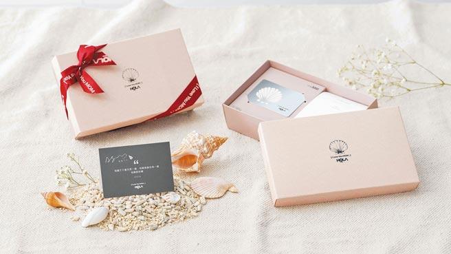 HOLA母親節禮物卡禮盒,內附價值3000元禮物卡、可隨身攜帶香氛片10入、小卡片。(HOLA提供)