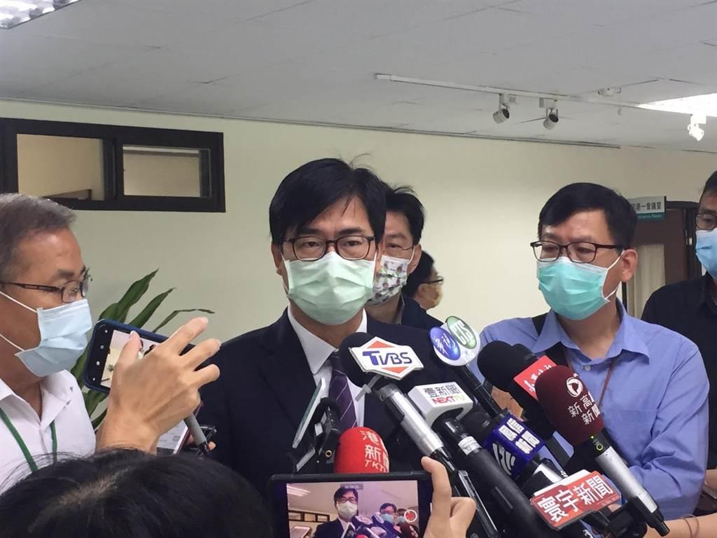 陳其邁表示,明起將在小港機場與高雄港設置AZ疫苗注射站,連續3天讓工作人員施打AZ疫苗。(林雅惠攝)