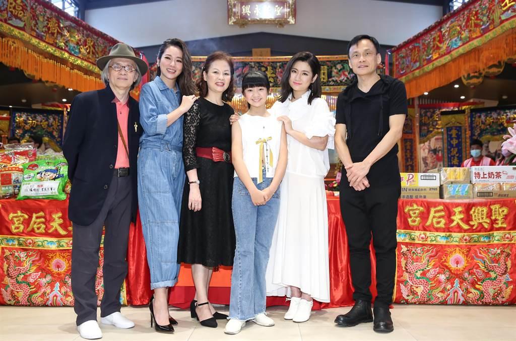 鄧志鴻(左起)、高宇蓁、赫容、吳以涵、Selina、陳以文出席《頭七》開鏡記者會。(陳俊吉攝)
