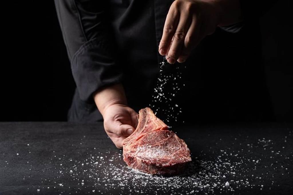 (台北米其林一星「A CUT牛排館」,精選吃嫩草長大的「紅寶石老牛」,經乾式熟成60天後烤製成牛排。圖/A CUT牛排館)