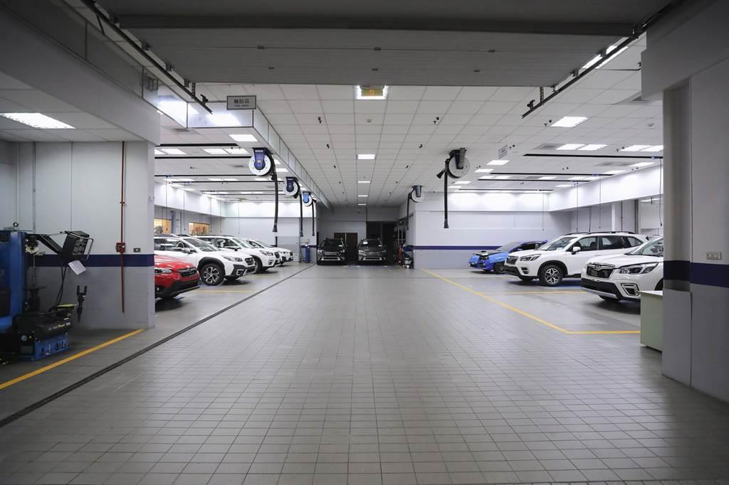 SUBARU台中冠慶展示暨售後服務中心導入日本原廠之標準服務流程及高規格設備,共設有15個專屬維修區作業區,以完善的工作區及車輛動線規劃,以及優良採光明亮設計,為每一部進廠的SUBARU車輛提供完善之汽車保養維修等全方位服務。
