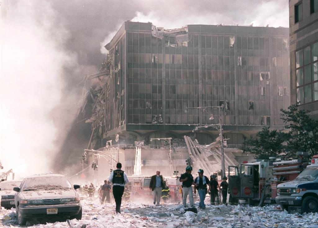 美國少年日前翻開塵封20年家族相簿,意外發現911事件發生當下的現場照片。(圖/達志影像)