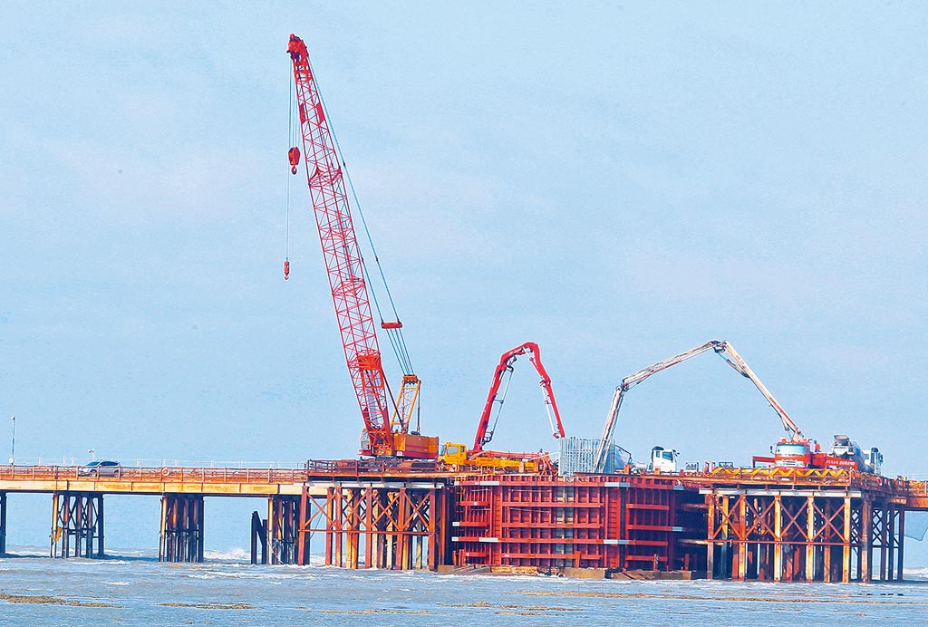 圖為施工中的三接連接橋梁工程現況。(本報資料照片)