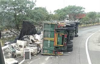 國道3號和美匝道拖板車翻覆  廢棄家電飛落滿地急封閉