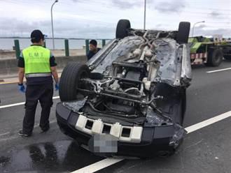賓士休旅車超車不成撞貨櫃車 西濱快速道上180度翻覆