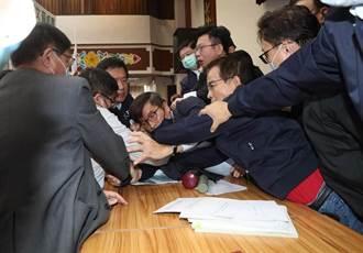 國務機要費除罪化在衝突中送出 藍黨團:不承認審查的合法性