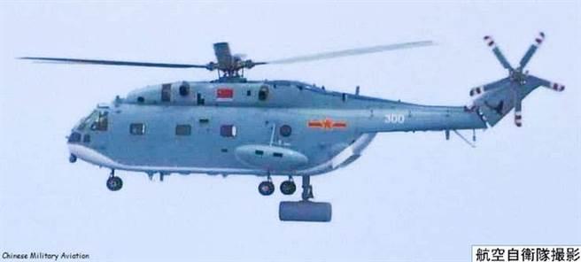 遼寧艦27日上午起飛一架直-18預警直升機,日方緊急起飛戰鬥機應對,其間並首次拍攝直-18直升機。(圖/日本防衛省)