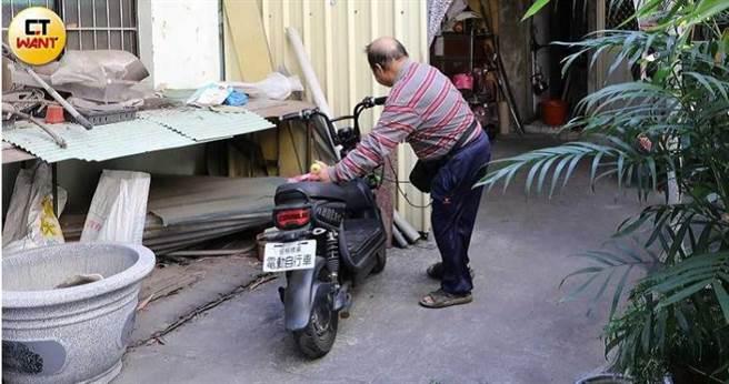 劉爸爸從未放棄尋人念頭,去年還重回劉佳穎當年的租屋處,希望找到蛛絲馬跡。(圖/本刊攝影組)