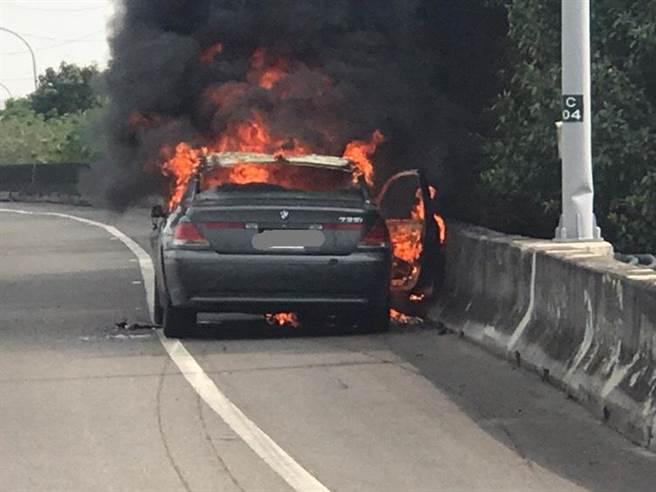 國1北向357.6公里楠梓出口28日上午8時20分發生一部小客車起火燃燒,幸無人員受傷。(翻攝照片/林瑞益高雄傳真)