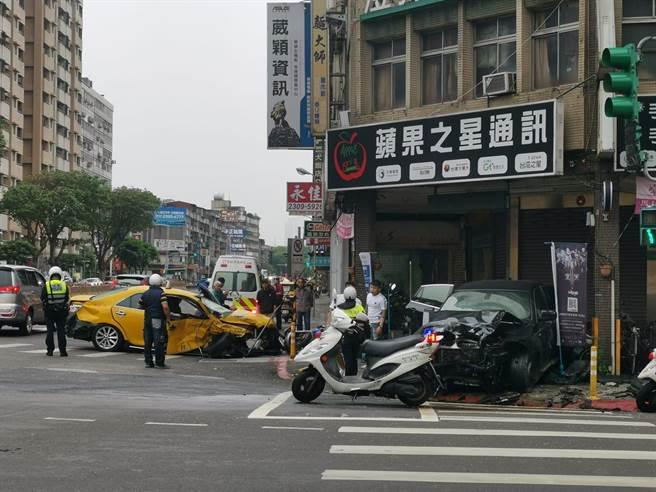 萬華28日上午車禍,BMW休旅車與小黃對撞,兩車車頭全毀還衝進騎樓撞爛一排機車。(照片來源:臉書社團《我是萬華人》)