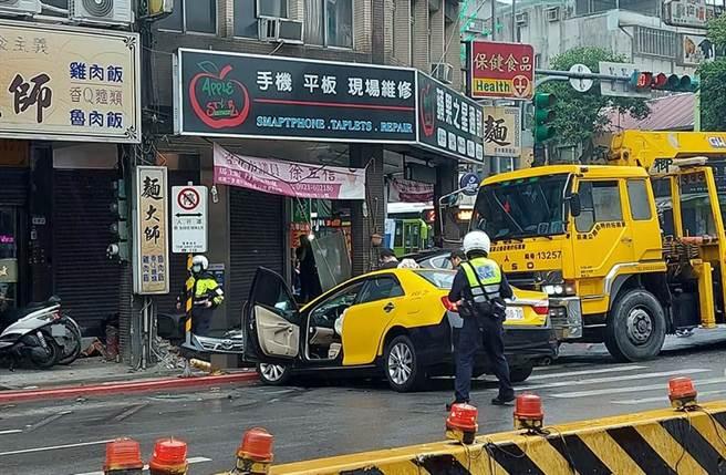 計程車撞到前保險桿整個掉下來。(照片來源:臉書社團《我是萬華人》)