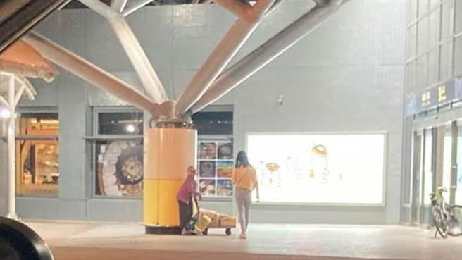 一名男網友晚上9點在台南高鐵站外,發現一名阿嬤在賣水果,便掏出1千元捧場,沒想到網友卻爆料「阿嬤其實比大家想得有錢」。(圖/翻攝自爆怨2公社)